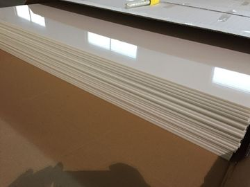 중국 플라스틱 천장을 보호하는 상아빛 백색 PVC 천장판 광택 있는 기름은 603mm x 1210mm를 타일을 붙입니다 대리점